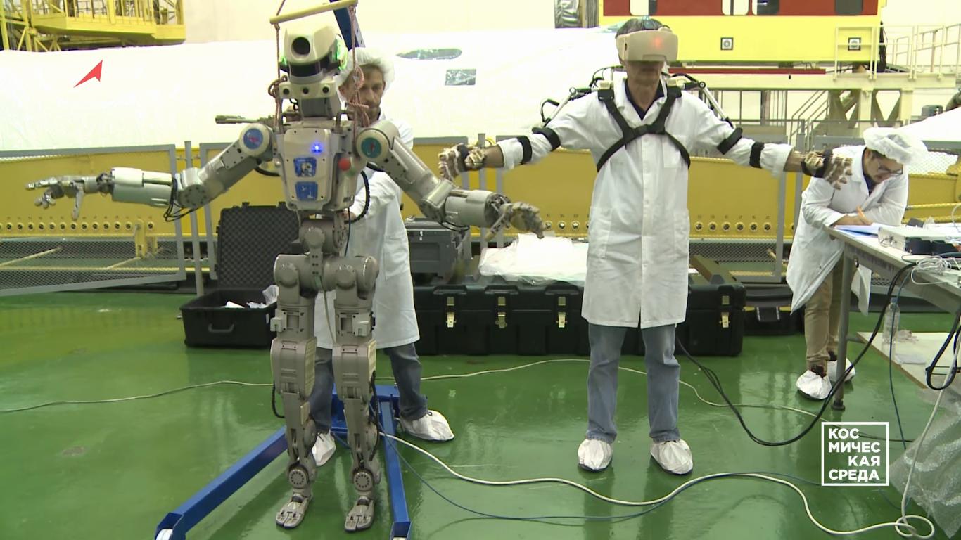 Первые видеокадры с роботом FEDOR (Skybot F-850) с Байконура и его размещение в кресле пилота - 1