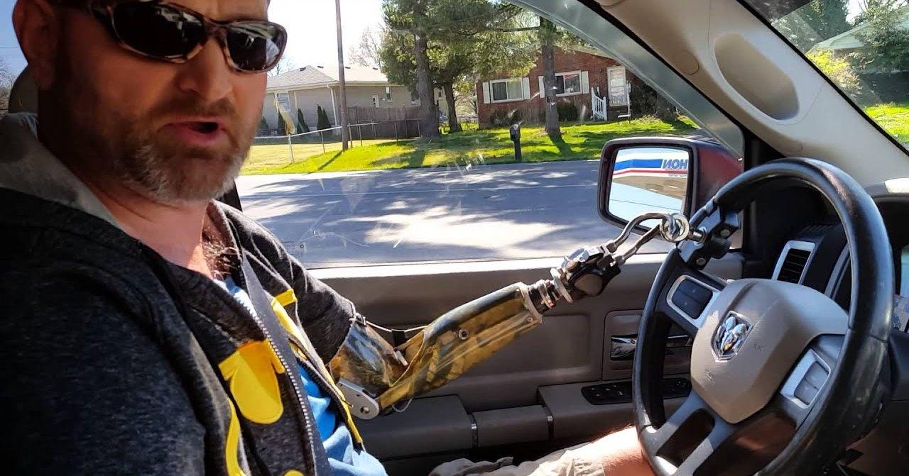 Как водить автомобиль с ампутированными руками