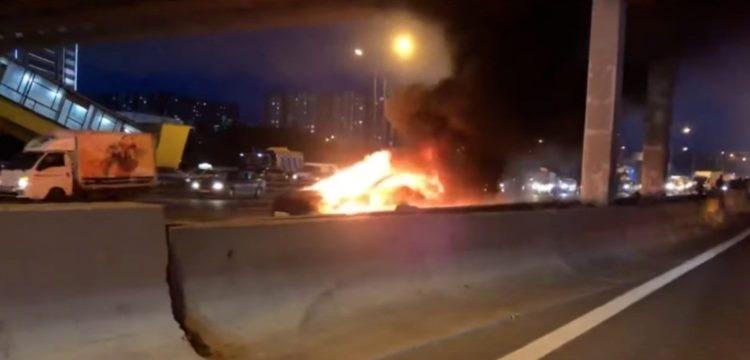 Видео: после ДТП на МКАД сгорел электрокар Tesla