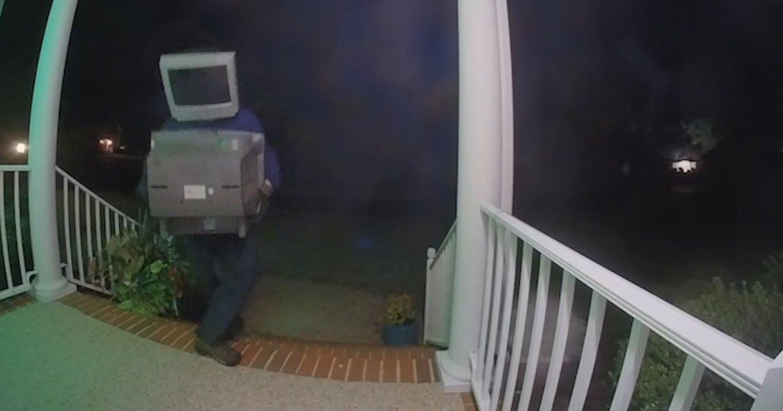 Неизвестный подкидывает телевизоры к домам