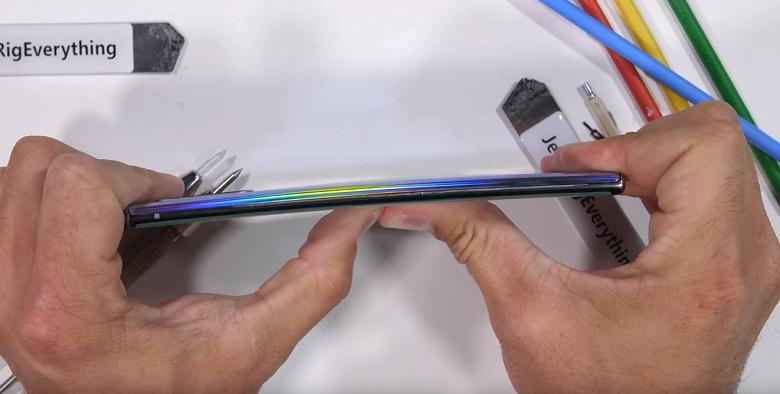Очень прочный Samsung. Galaxy Note 10+ 5G отлично показал себя на тестах блогера JerryRigEverything