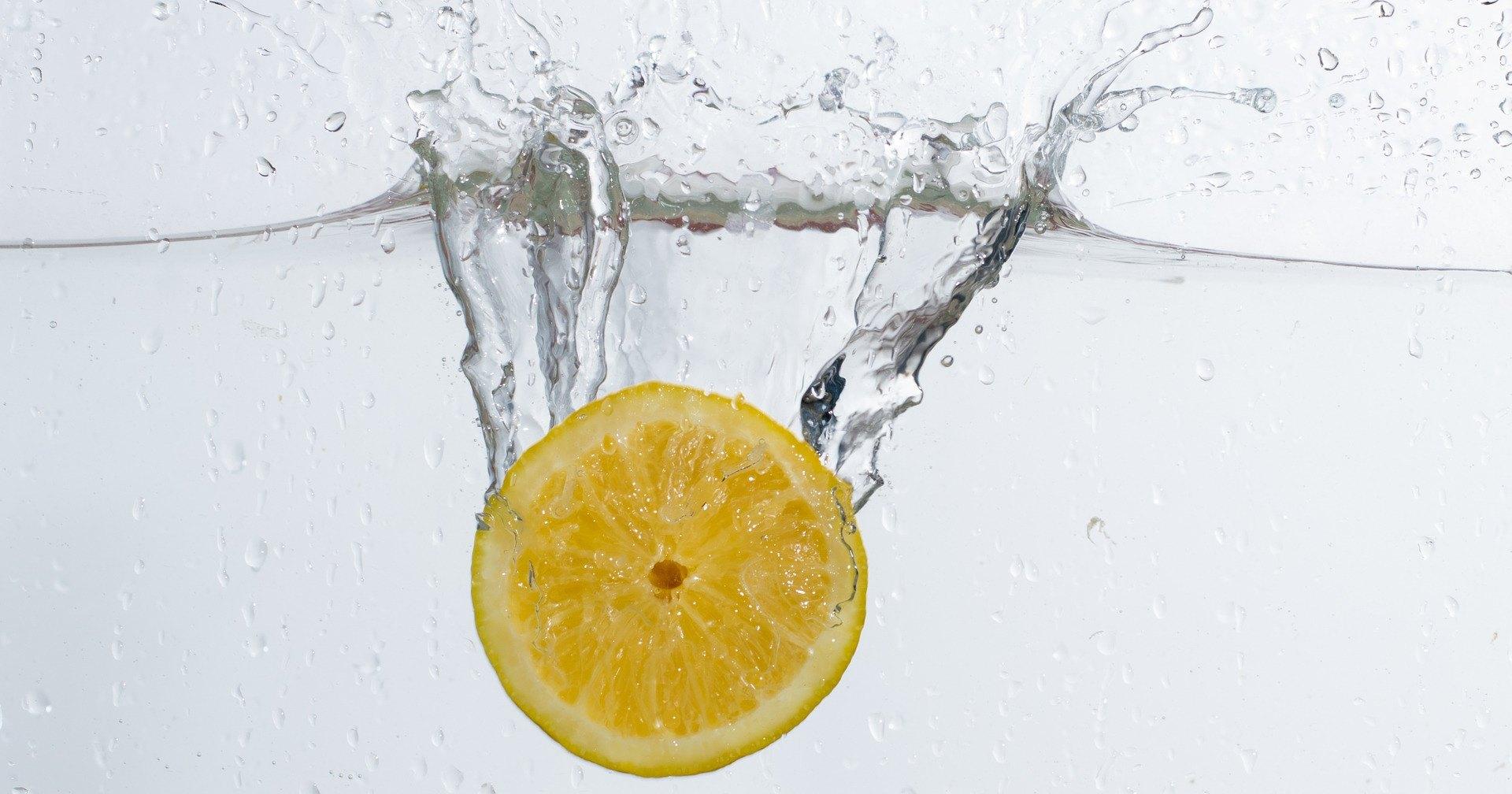 Почему важно начинать день со стакана воды с лимоном: 5 причин
