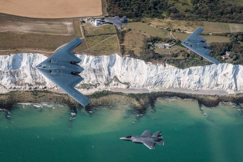 Британские F-35 впервые совместно полетали с «невидимкой» B-2