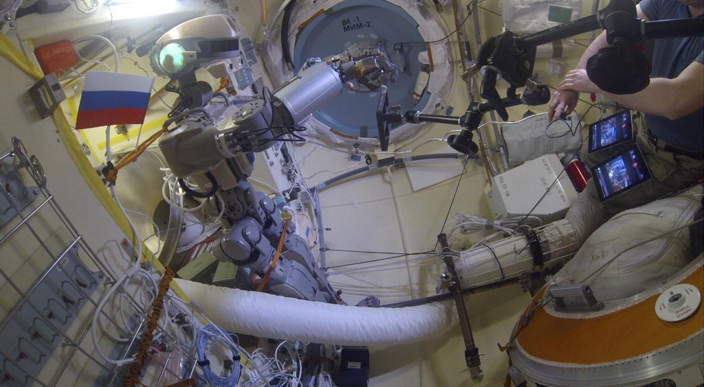 Робот FEDOR — много фото и даже видео с МКС, подготовка космонавта-оператора и первые испытания робота - 27