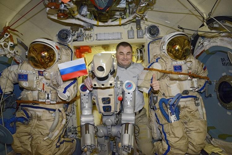 Фото и видео дня: робот Фёдор на борту МКС