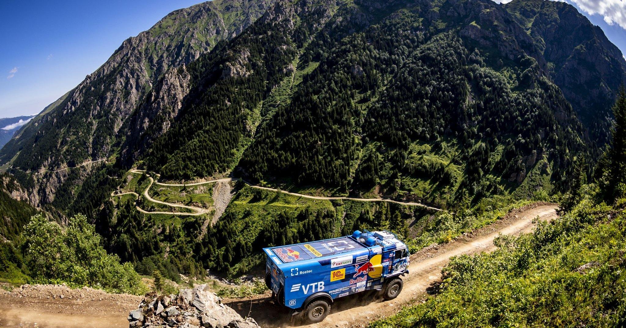 Гоночный грузовик провёл заезд на одной из самых опасных дорог в мире