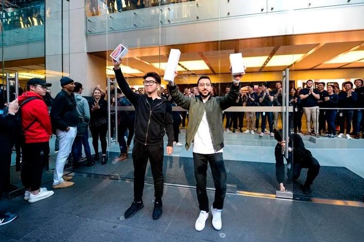 «Яблочное» безумие: в Москве места в очереди за iPhone 11 продают по полмиллиона рублей