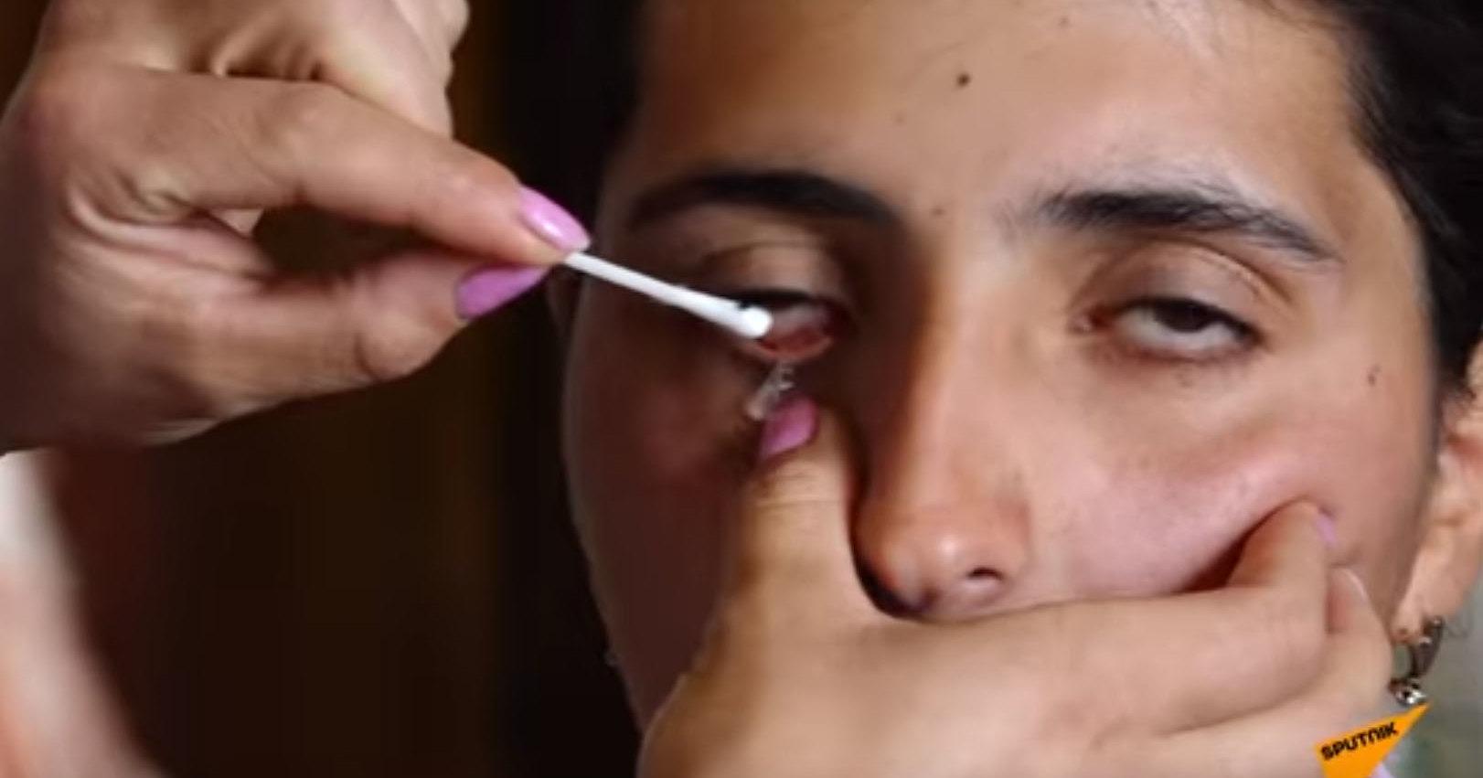 Красивая девушка стала плакать кристаллами