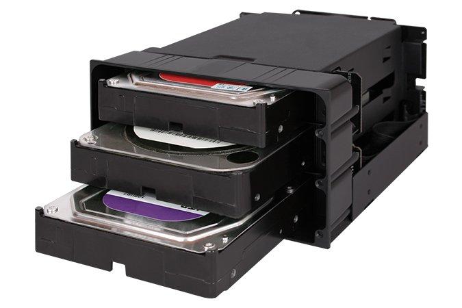 Корзина Icy Dock flexiDOCK MB830SP-B рассчитана на три накопителя типоразмера 3,5 дюйма