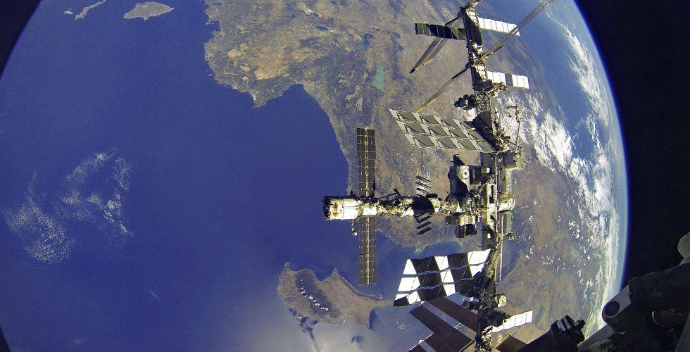 Россия сокращает полеты «Союза» к МКС из-за американских кораблей - 1