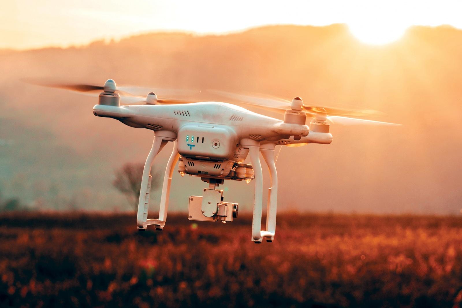Летающие зарядки для дронов смогут поддерживать их полёт очень долго - 1