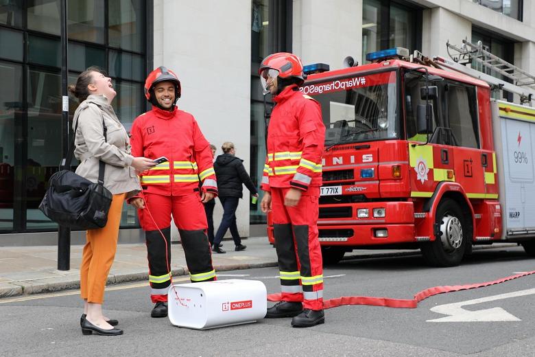 Такого вы точно не видели. Пожарные OnePlus спасают смартфоны европейских граждан
