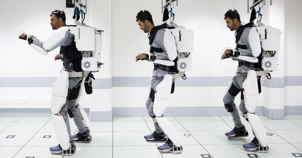 Экзоскелет вернул парализованному возможность ходить