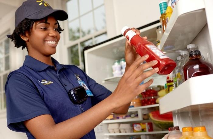 Walmart запустила сервис доставки продуктов до холодильника, курьер приносит их в дом и сам открывает дверь смартфоном - 1