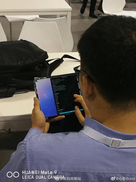 Первый в мире планшет с врезанной камерой позирует на живых фото