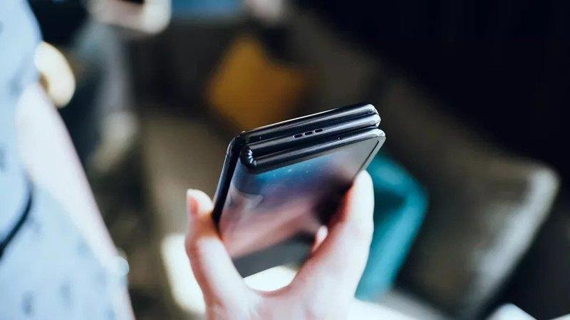 Продемонстрирован прототип необычного складного смартфона