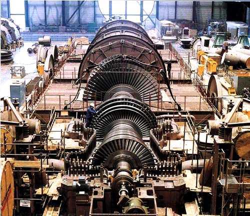 На снимке паровая теплофикационная турбина сравнительно небольшой мощности