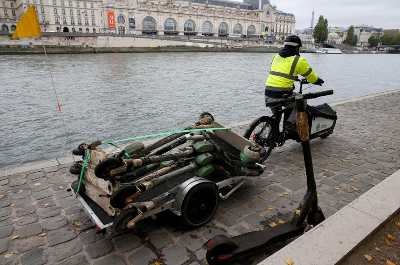 Популярность электрических самокатов в Париже привела к появлению новой профессии