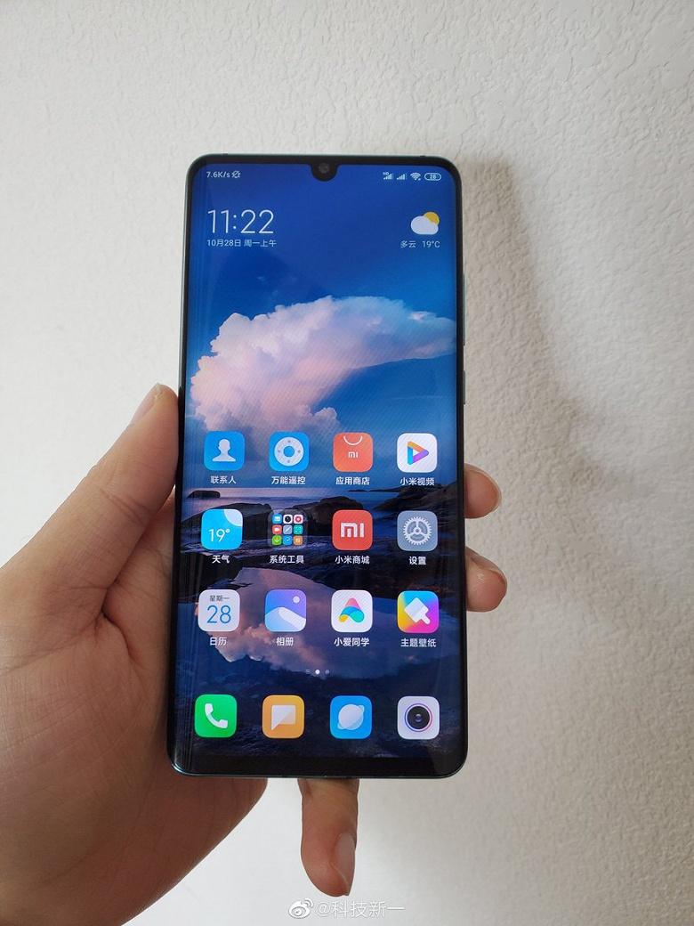 Включенный Xiaomi Mi CC9 Pro позирует в полный рост. 12 Мп против 108 Мп