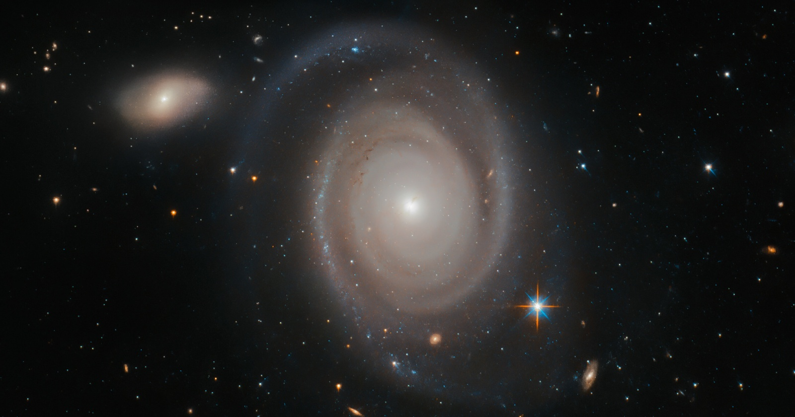 «Хаббл» получил удивительный снимок галактики в 230 млн световых лет