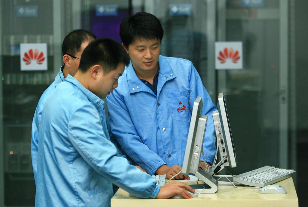 Сотрудники Huawei жалуются на переработки после введения санкций США - 1
