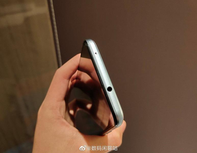 Живые фото смартфона с рекордно маленьким вырезом под селфи-камеру