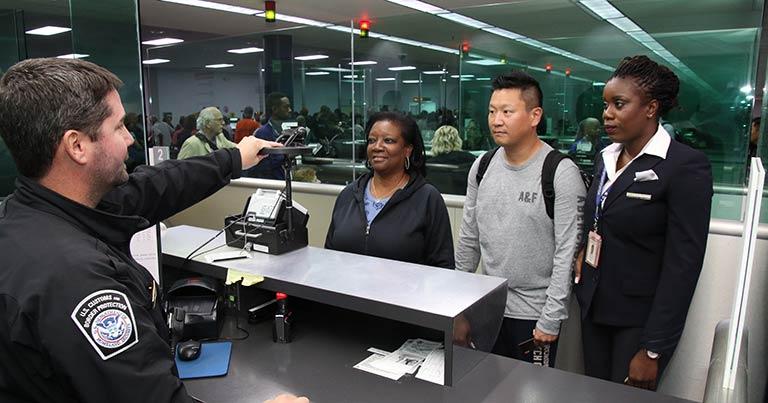 Суд Бостона решил, что досматривать телефоны на границе США незаконно - 1