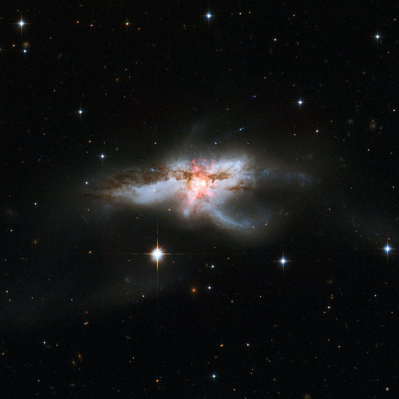 В центре необычной галактики нашли три сверхмассивные черные дыры