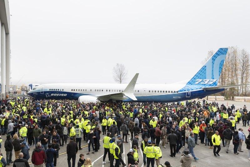 Boeing показал самый крупный самолет линейки 737 MAX - 2