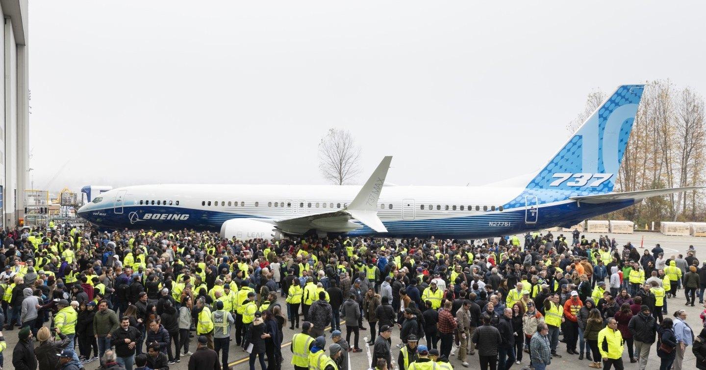 Boeing показал самый крупный самолет линейки 737 MAX