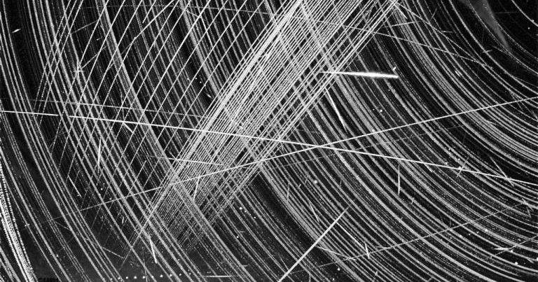 Как спутники Илона Маска мешают астрономам: необычные снимки