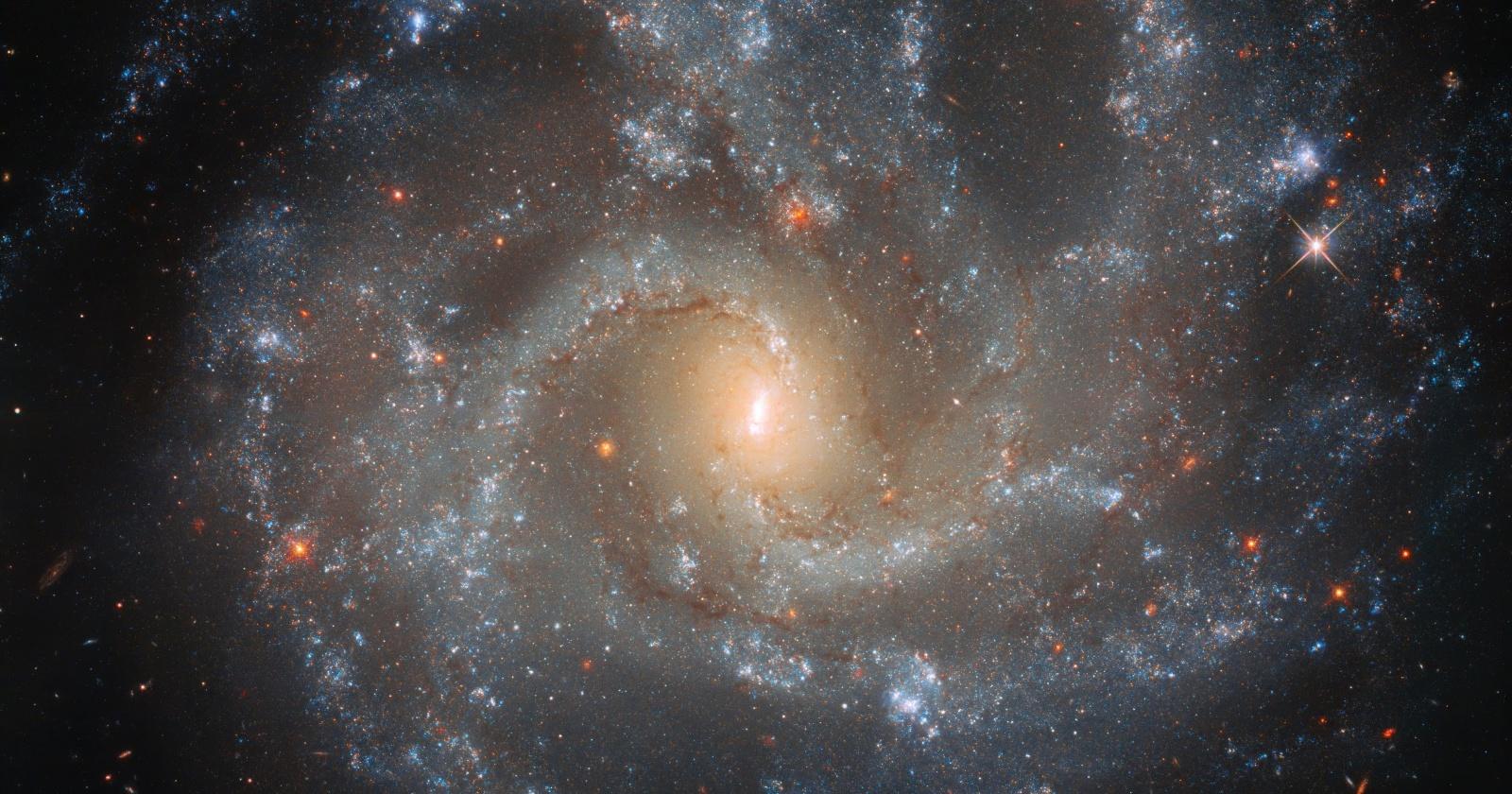 «Хаббл» получил потрясающий снимок галактики в более чем 130 млн световых годах