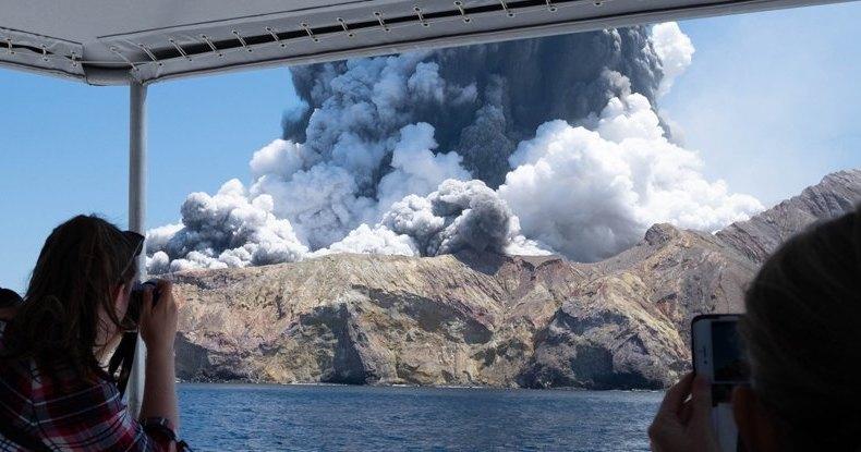 Колоссальное извержение вулкана в Новой Зеландии сняли на видео