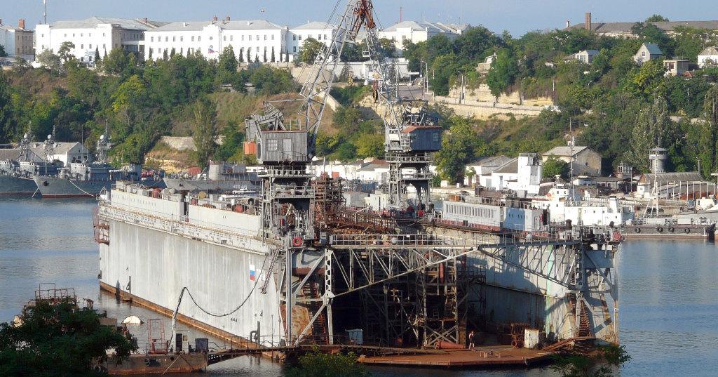 В Севастополе затонул плавучий док