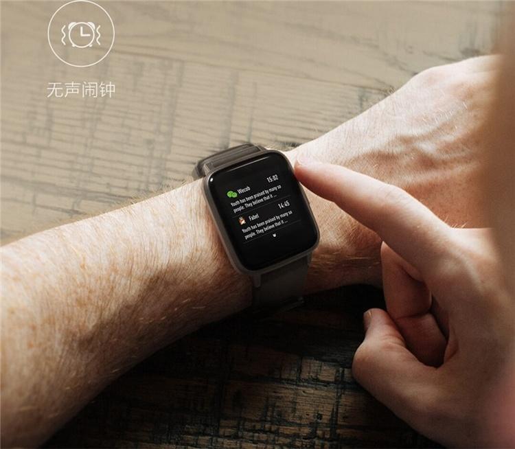 Смарт-часы Xiaomi Haylou LS01 с датчиком ЧСС стоят около