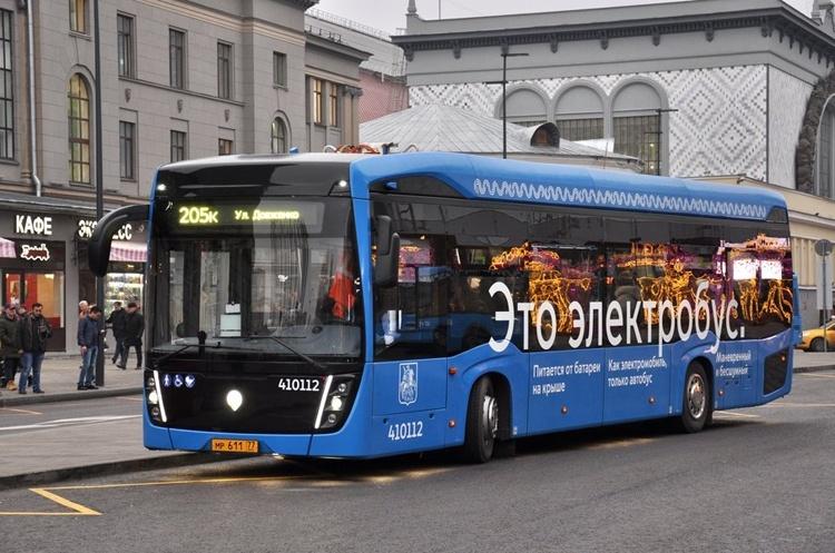 Пассажиров в Москве теперь перевозят 300 электробусов