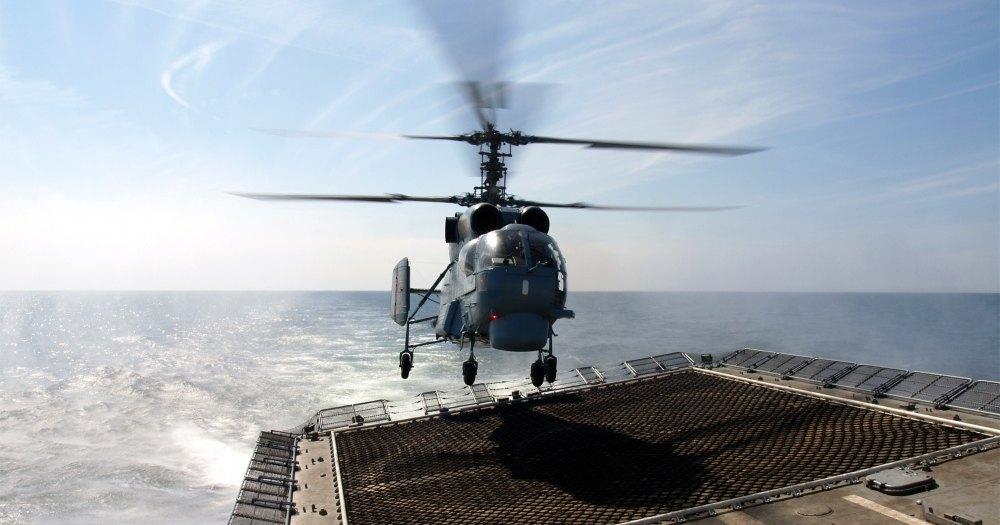 Посадку вертолётов на движущийся фрегат показали на видео