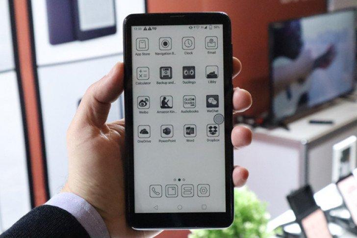 Смартфон с дисплеем на электронных чернилах лишился главного недостатка