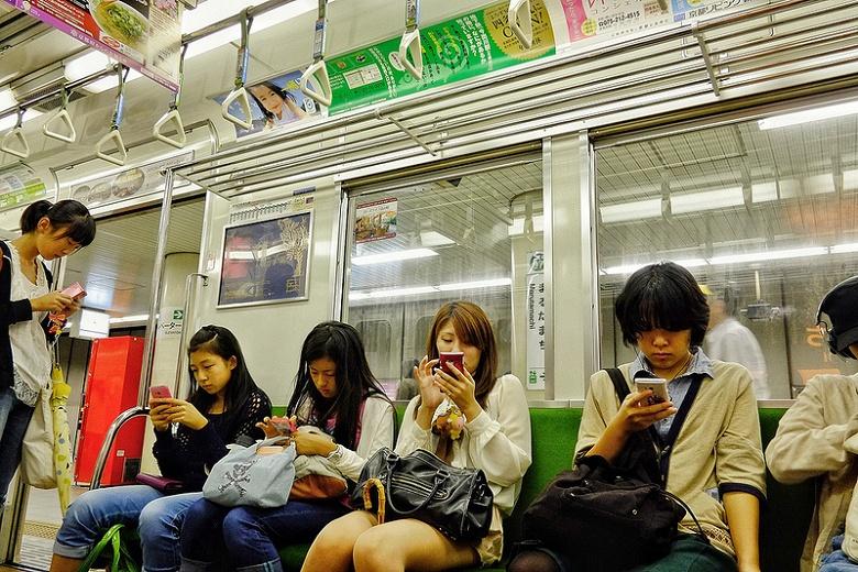 В одной из префектур Японии хотят запретить детям и подросткам пользоваться мобильными устройствами после 22:00