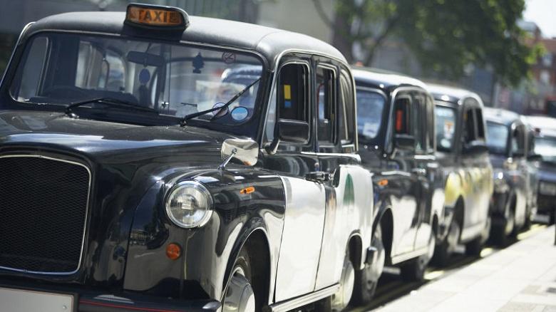 В Великобритании начались испытания беспроводной зарядки электромобилей-такси