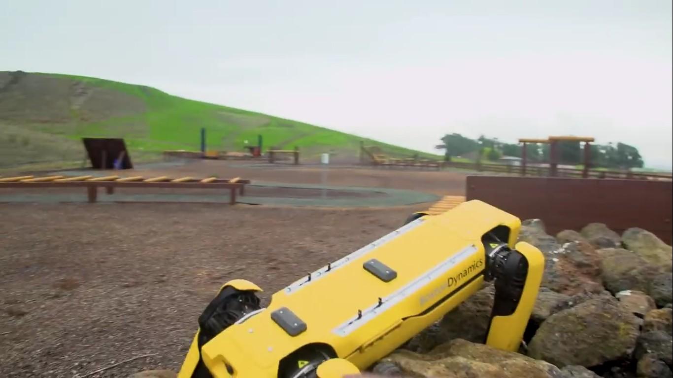 Адам Севидж начал годовое тестирование робота Boston Dynamics Spot на YouTube-канале Tested - 13
