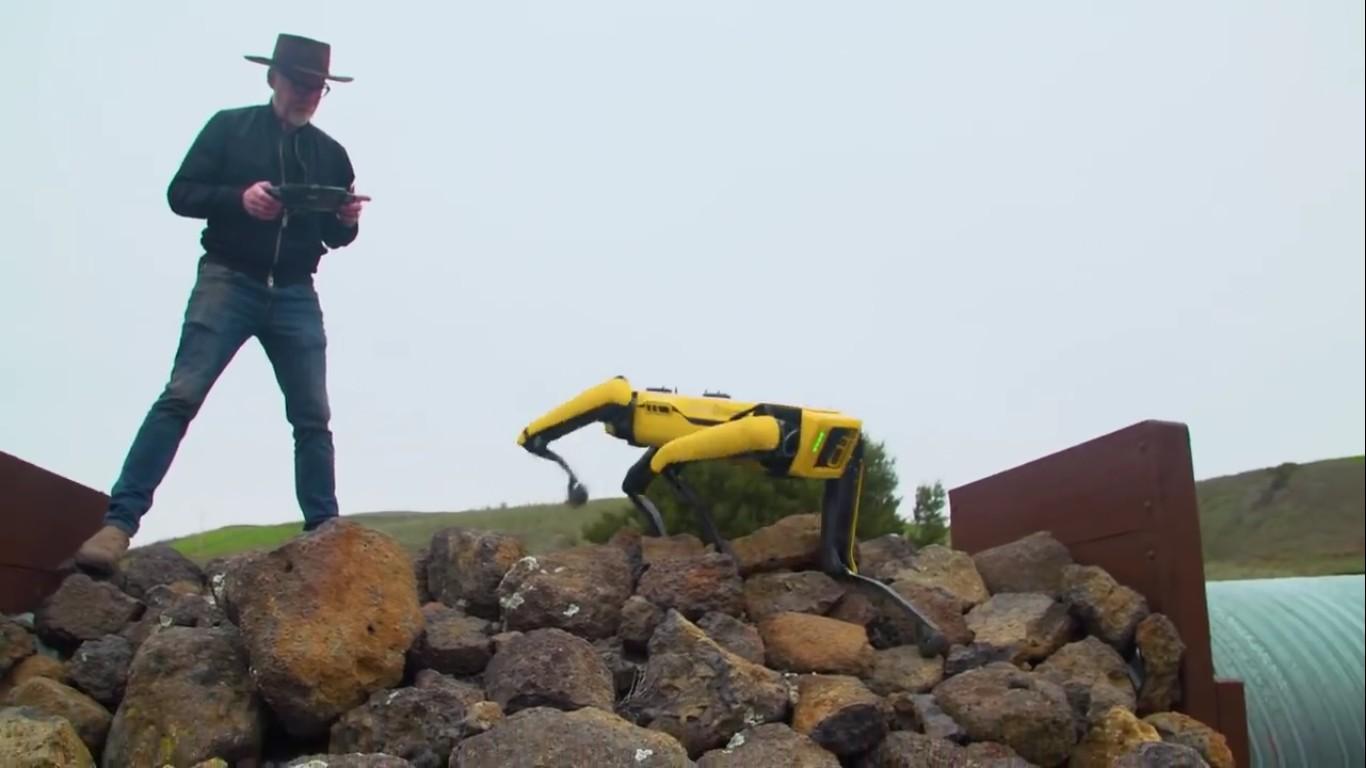 Адам Севидж начал годовое тестирование робота Boston Dynamics Spot на YouTube-канале Tested - 15