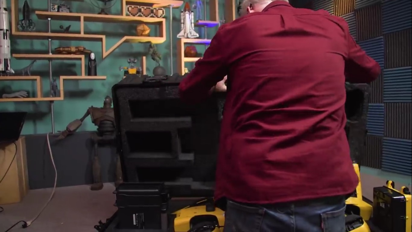 Адам Севидж начал годовое тестирование робота Boston Dynamics Spot на YouTube-канале Tested - 2