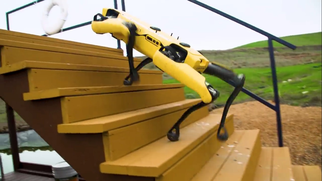 Адам Севидж начал годовое тестирование робота Boston Dynamics Spot на YouTube-канале Tested - 22