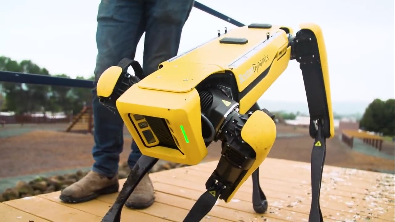Адам Севидж начал годовое тестирование робота Boston Dynamics Spot на YouTube-канале Tested - 23