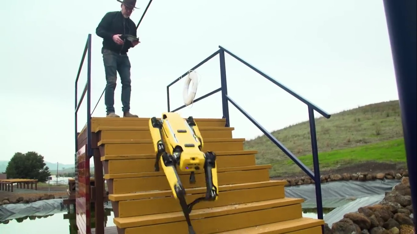 Адам Севидж начал годовое тестирование робота Boston Dynamics Spot на YouTube-канале Tested - 24