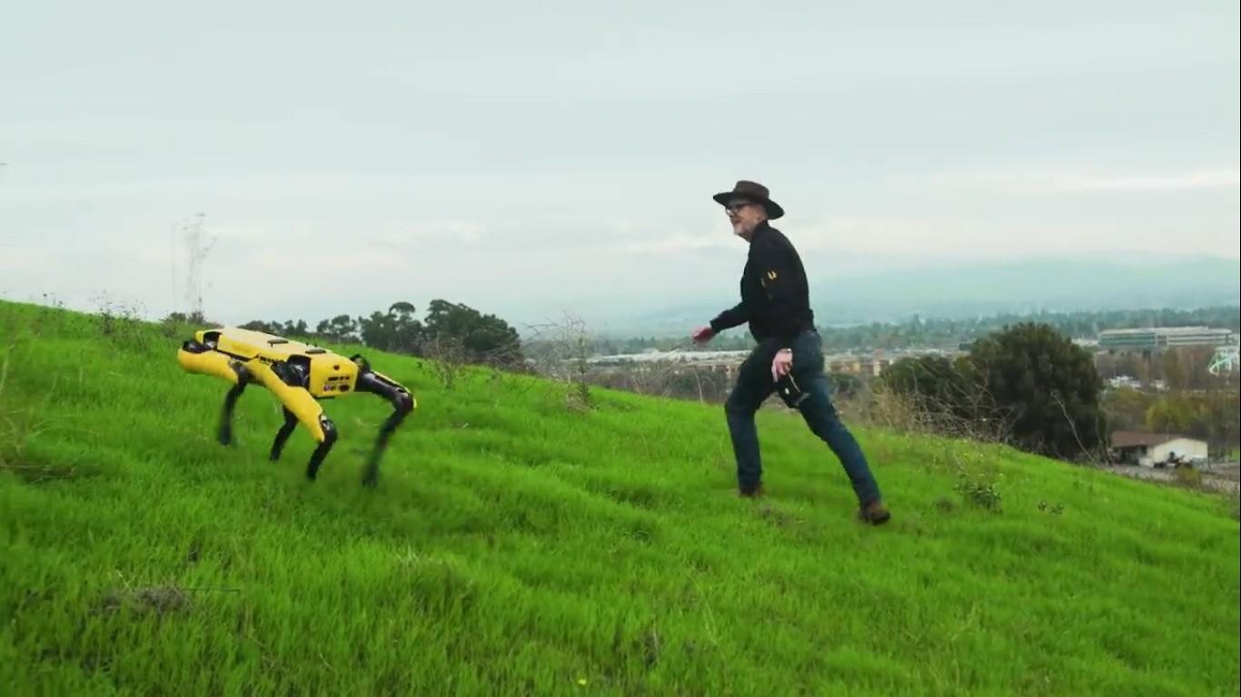 Адам Севидж начал годовое тестирование робота Boston Dynamics Spot на YouTube-канале Tested - 26