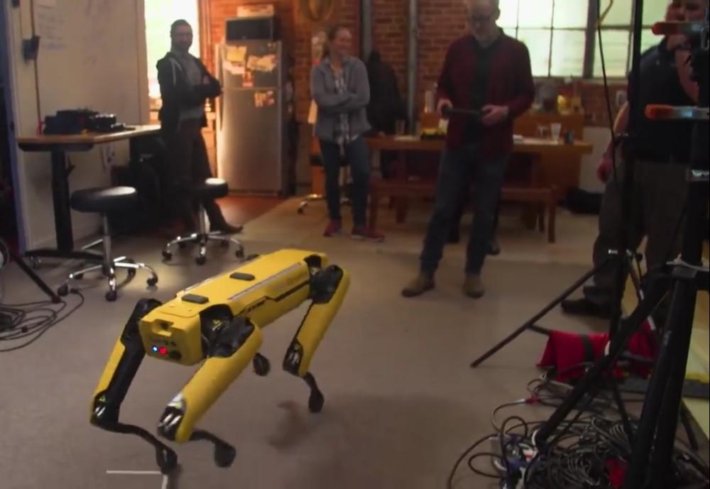 Адам Севидж начал годовое тестирование робота Boston Dynamics Spot на YouTube-канале Tested - 6