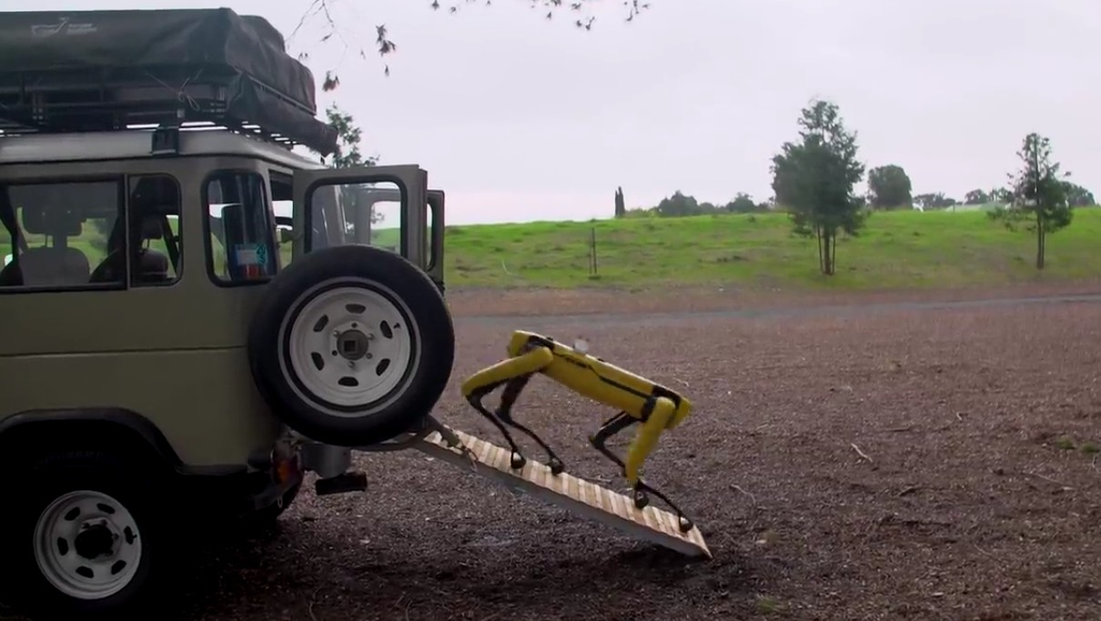 Адам Севидж начал годовое тестирование робота Boston Dynamics Spot на YouTube-канале Tested - 8