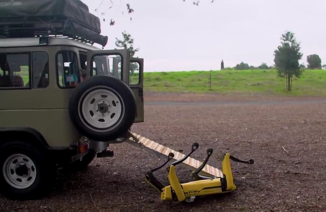 Адам Севидж начал годовое тестирование робота Boston Dynamics Spot на YouTube-канале Tested - 9